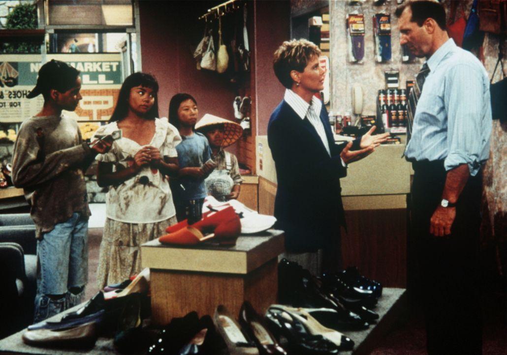 Marcy (Amanda Bearse, 2.v.r.) hat entdeckt, dass Als Boss eine Kinderfabrik für Schuhe betreibt und stellt Al (Ed O'Neill, r.) zur Rede. - Bildquelle: Sony Pictures Television International. All Rights Reserved.