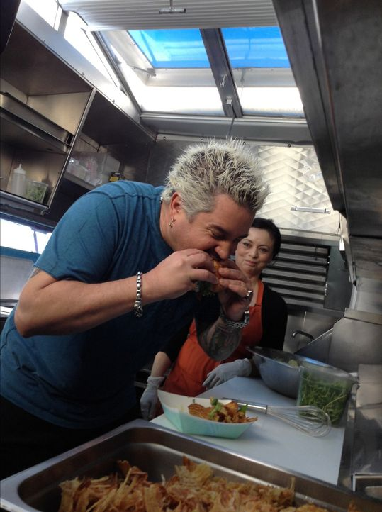 (v.l.n.r.) Guy Fieri; Gina - Bildquelle: 2013, Television Food Network, G.P. All Rights Reserved.