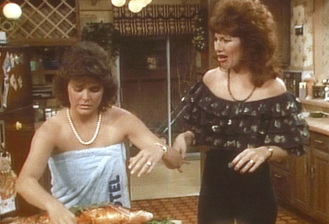 Peggy (Katey Sagal, r.) muss sich mit Marcy (Amanda Bearse, l.) herumschlagen, die halbnackt durchs Haus läuft. - Bildquelle: Sony Pictures Television International. All Rights Reserved.