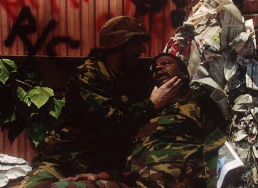 Heroisches Soldatenschicksal bei der Müllentsorgung. Al (Ed O'Neill, l.) tröstet seinen Kumpel Griff (Harold Sylvester, r.), der von einer verfaulte... - Bildquelle: Sony Pictures Television International. All Rights Reserved.