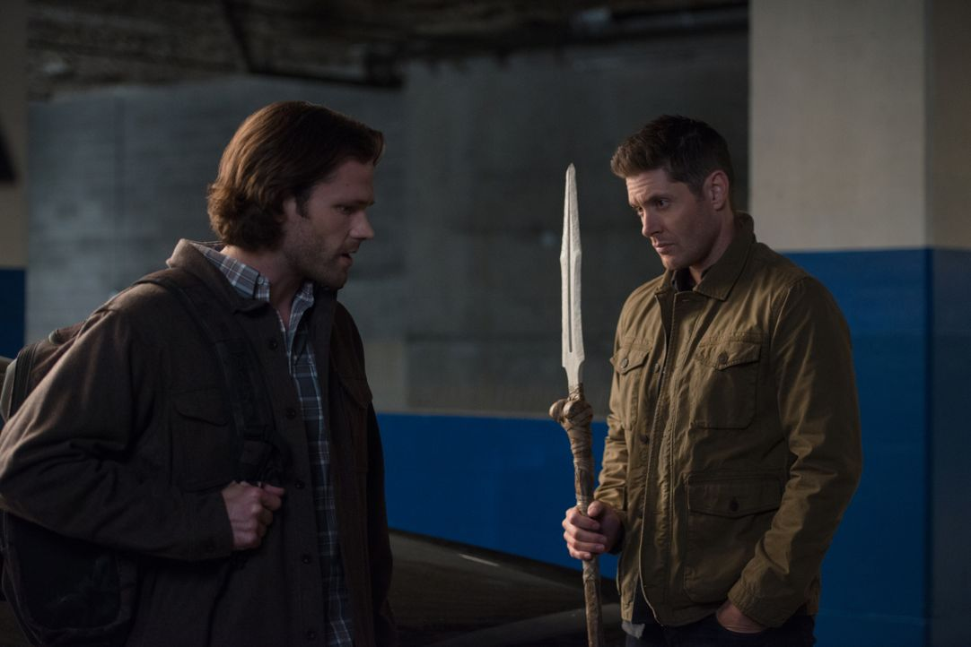 Sam Winchester (Jared Padalecki, l.); Dean Winchester (Jensen Ackles, r.) - Bildquelle: Diyah Pera 2018 The CW Network, LLC All Rights Reserved / Diyah Pera