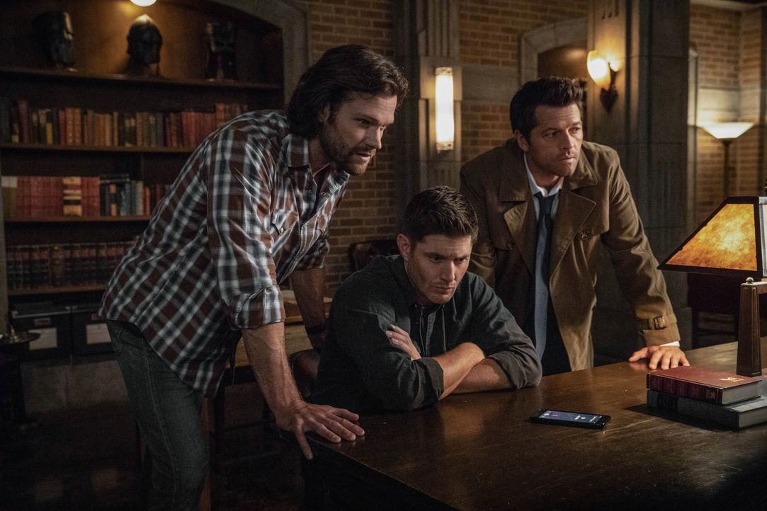 (v.l.n.r.) Sam Winchester (Jared Padalecki); Dean Winchester (Jensen Ackles); Castiel (Misha Collins) - Bildquelle: Jack Rowand 2018 The CW Network, LLC All Rights Reserved / Jack Rowand
