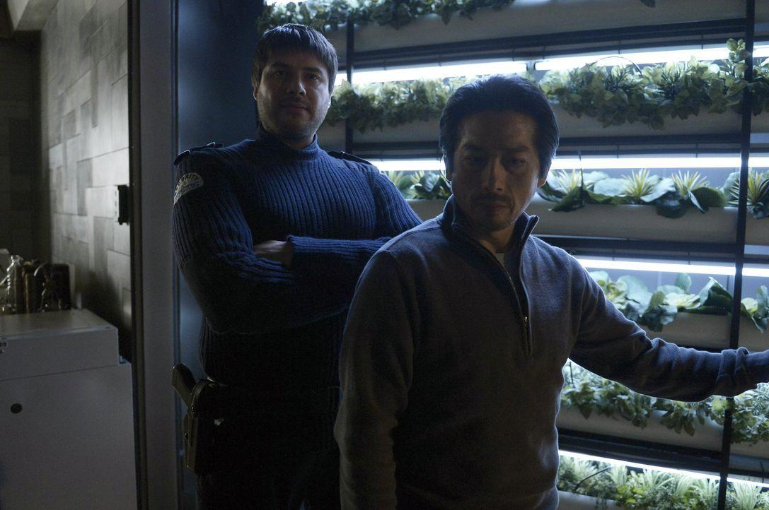 Zusammen begeben sich Dr. Hatake (Hiroyuki Sanada, r.) und sein Adoptivsohn Daniel (Meegwun Fairbrother, l.) auf die Ebene R, um ihr Leben und die S... - Bildquelle: 2014 Sony Pictures Television Inc. All Rights Reserved.