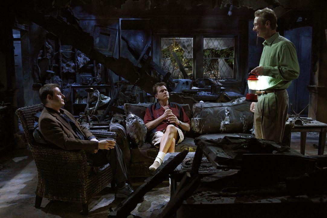 In der verkohlten Ruine von Lyndsey kommt es zu einer emotionalen Männerrunde: Chris (Judd Nelson, l.), Charlie (Charlie Sheen, M.) und Herb (Ryan S... - Bildquelle: Warner Bros. Television