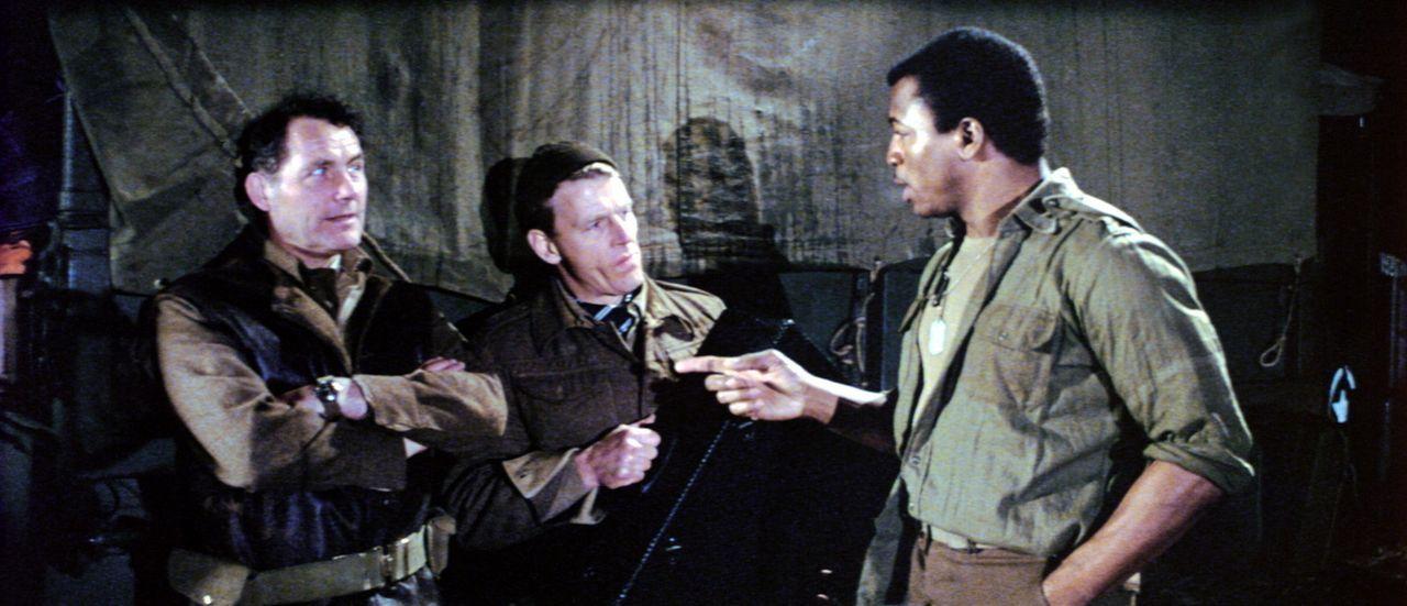 Weaver (Carl Weathers, r.), Mallory (Robert Shaw, l.) und Miller (Edward Fox, M.) besprechen die weitere Vorgehensweise, wobei sie sich nicht ganz e... - Bildquelle: Columbia Pictures