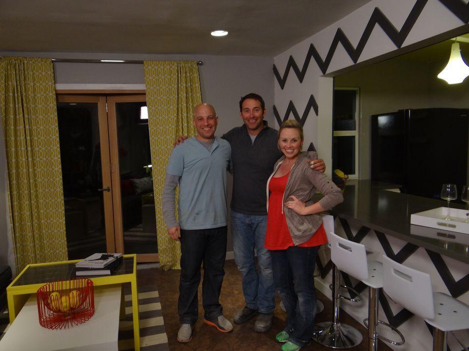Josh Temple (M.) möchte einen völlig ungenutzten Raum im Haus von Natalie (r.) und Joey (l.) neu gestalten. Ob Josh und sein Team es schaffen werden... - Bildquelle: 2012, DIY Network/Scripps Networks, LLC.  All Rights Reserved