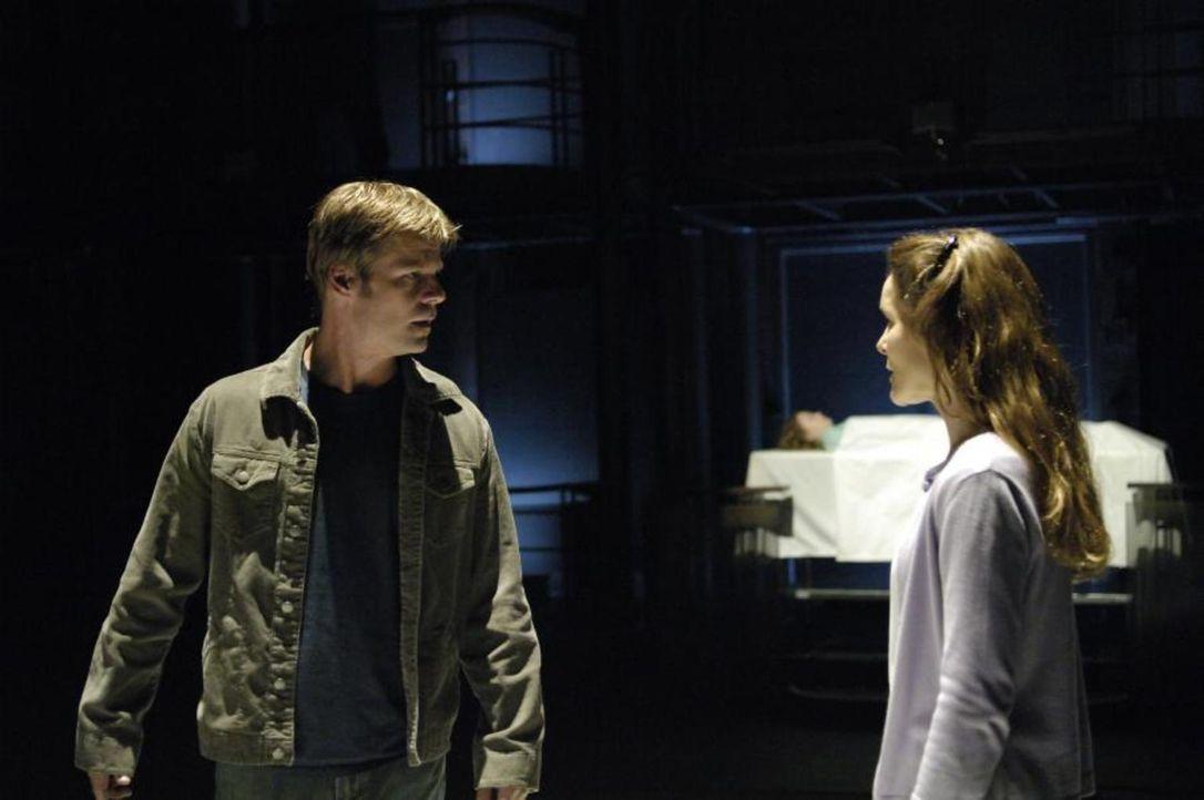 Tom (Joel Gretsch, l.) trifft in der Zukunft auf Sara (Alice Krige, r.), die sich als Maias Schwester ausgibt ... - Bildquelle: Viacom Productions Inc.