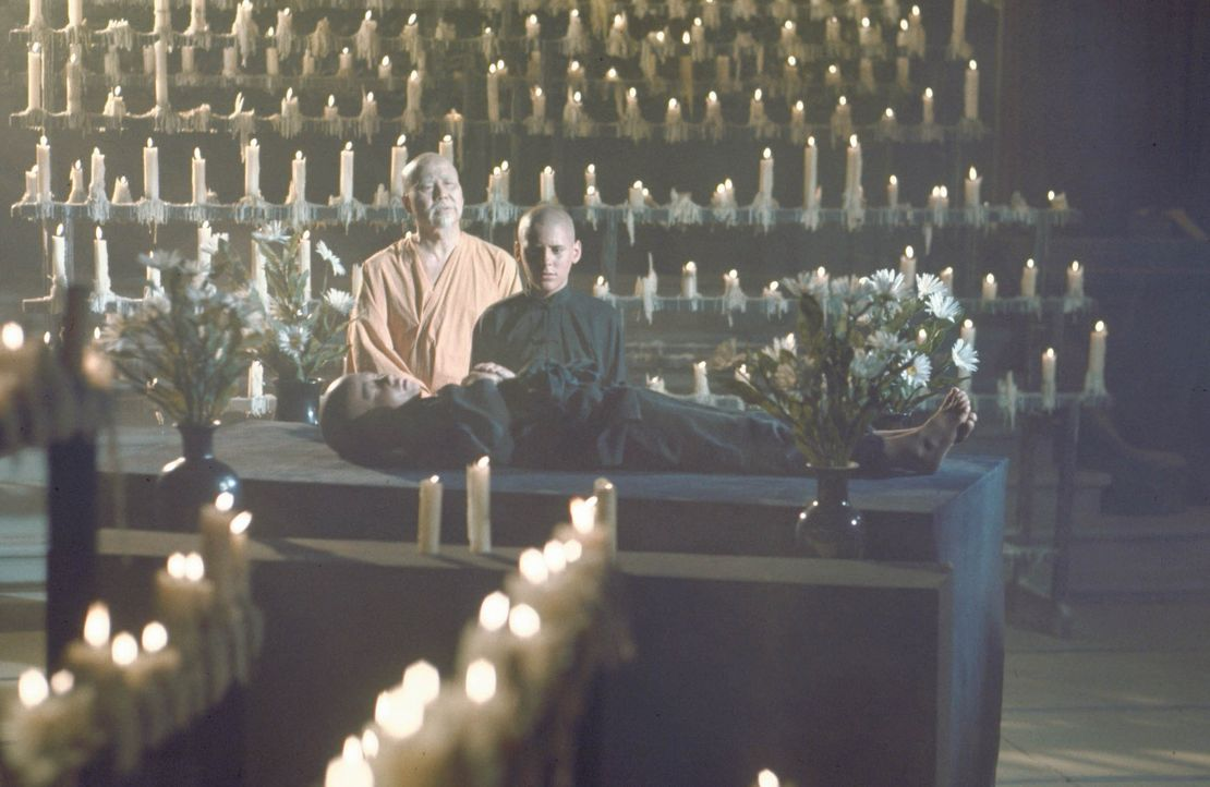 Lernt von Meister Po (Keye Luke, l.), im Einklang mit der Natur zu leben: Caine (Radames Pera) ... - Bildquelle: Warner Bros.