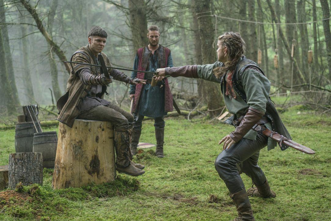 Ragnar kehrt nach Kattegat zurück. Er sieht, was aus seinen Söhnen Hvitserk (Marco Ilsø, r.), Übbe (Jordan Patrick Smith, M.) und Ivar (Alex Høgh An... - Bildquelle: 2016 TM PRODUCTIONS LIMITED / T5 VIKINGS III PRODUCTIONS INC. ALL RIGHTS RESERVED.