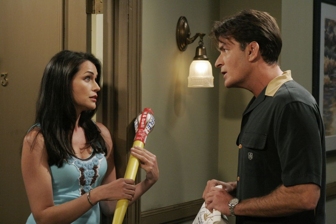 Charlie (Charlie Sheen, r.) begegnet seiner alten Flamme Chrissy (Rena Sofer, l.), die er zuletzt vor neun Jahren gesehen hat. Ihr Sohn Chuck ist ac... - Bildquelle: Warner Brothers Entertainment Inc.