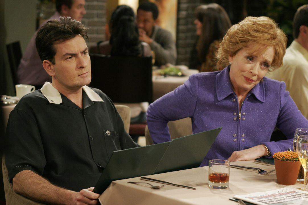 Bei einem Essen mit Charlie (Charlie Sheen, l.), Jake und Evelyn (Holland Taylor, r.) fühlt sich Alan wieder einmal von seiner Mutter Evelyn gedemüt... - Bildquelle: Warner Brothers Entertainment Inc.