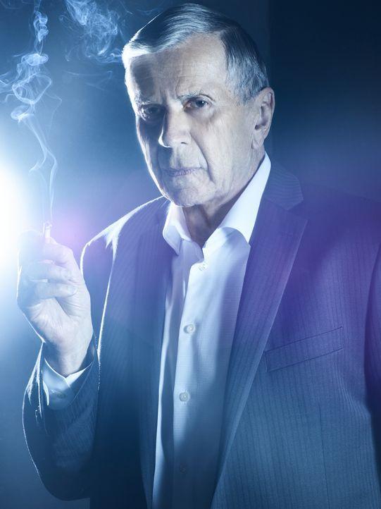 (11. Staffel) - Welche Rolle spielt der Krebskandidat (William B. Davis) im Kampf für beziehungsweise gegen die Menschheit wirklich? - Bildquelle: 2018 Fox and its related entities.  All rights reserved.