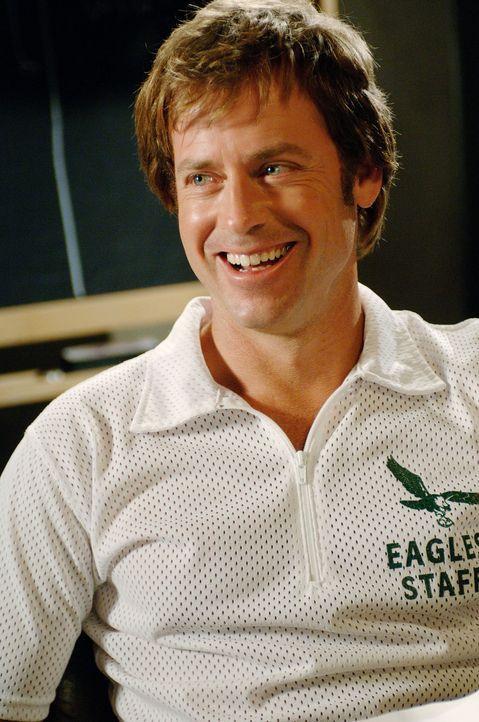 """Der neue Coach des Footballteams """"Philadelphia Eagles"""", Dick Vermeil (Greg Kinnear), lädt zu einem öffentlichen Probetraining ein, in der Hoffnung,... - Bildquelle: Ron Phillips Disney Enterprises, Inc.  All rights reserved"""