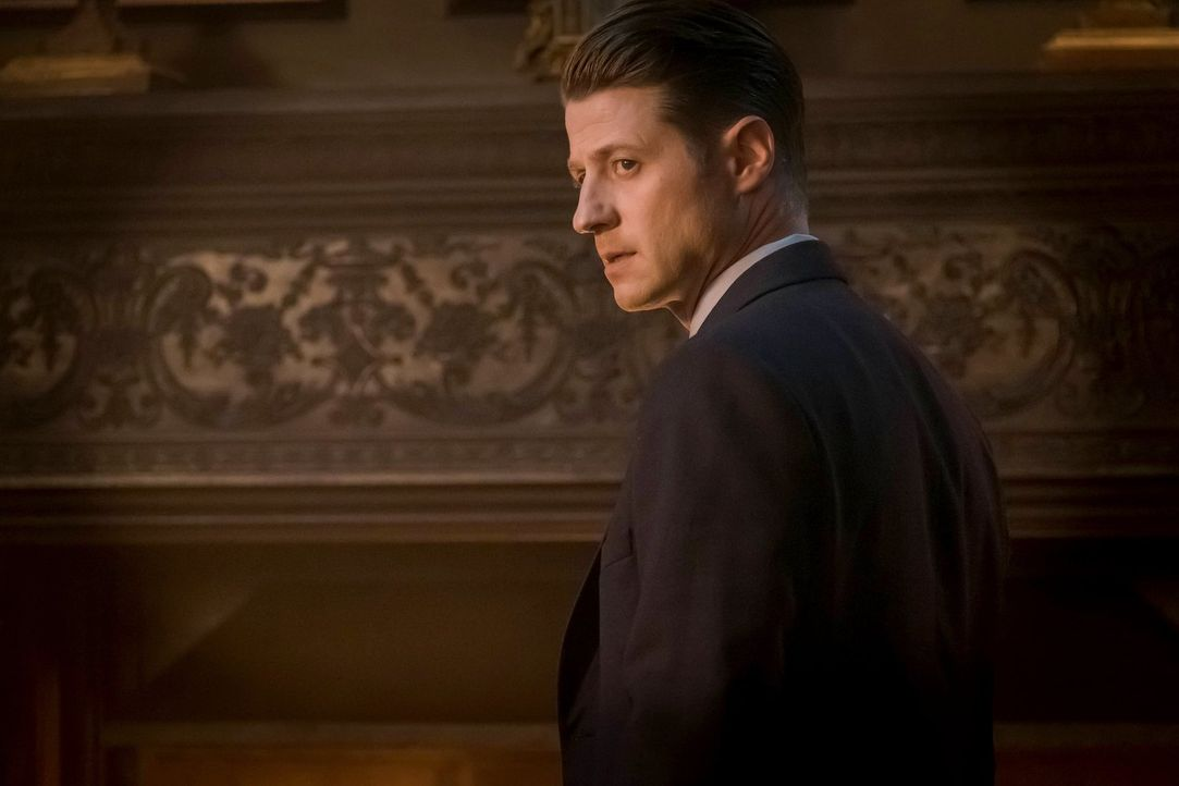 Lässt sich Gordon (Ben McKenzie) von Sofia Falcone wirklich für ihre Mission, Gotham aus Pinguins Händen zu reißen, einspannen? - Bildquelle: 2017 Warner Bros.