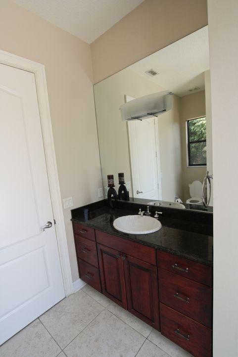 Der Gästebereich des großen Anwesens wird vom Team vollständig auseinandergenommen und soll nicht nur mit einem Bade- sowie Schlafzimmer und einer B... - Bildquelle: 2012, DIY Network/Scripps Networks, LLC.  All Rights Reserved