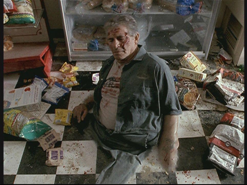 Der Tankwart (Ted White) ist mit dem Boden verschmolzen, nachdem ein UFO die Gegend überflogen hat. - Bildquelle: TM +   2000 Twentieth Century Fox Film Corporation. All Rights Reserved.