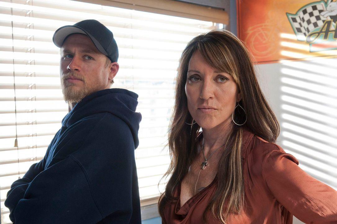 Plötzlich geht es für Jax (Charlie Hunnam, l.) und Gemma (Katey Segal, r.) um Leben und Tod ... - Bildquelle: 2011 Twentieth Century Fox Film Corporation and Bluebush Productions, LLC. All rights reserved.