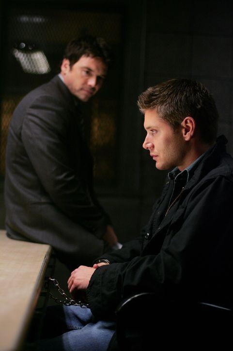 Der Polizist Peter Sheridan (Jason Gedrick, l.) glaubt Dean (Jensen Ackles, r.) kein Wort - und macht ihn zum Hauptverdächtigen eines Mordes ... - Bildquelle: Warner Bros. Television