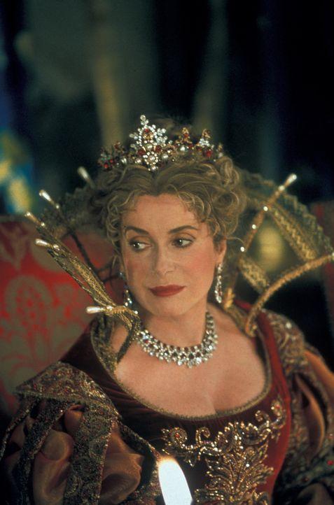 Um das Komplott zu verhindern, versucht die Königin (Catherine Deneuve) ihrerseits mit Hilfe D'Artagnans ein Geheimtreffen mit dem mächtigen Briten... - Bildquelle: MDP Worldwide