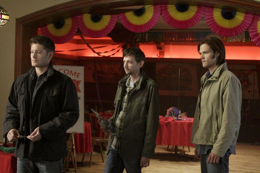 Während Sam (Jared Padalecki, r.) jemanden aus der Vergangenheit trifft,  verbündet sich Dean (Jensen Ackles, l.) widerwillig mit Garth (DJ Qualls,... - Bildquelle: Warner Bros. Television
