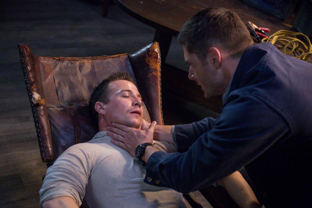 Als Cole (Travis Aaron Wade, l.) ebenfalls von dem Parasiten angegriffen wird, den er zusammen mit Dean (Jensen Ackles, r.) versucht zu bekämpfen, f... - Bildquelle: 2016 Warner Brothers