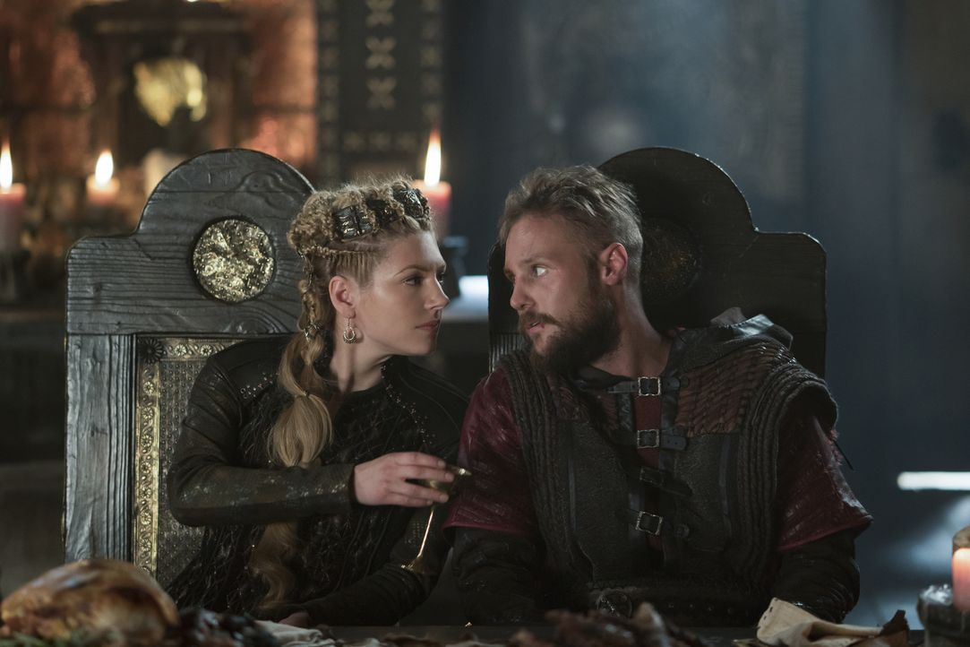 Gehen Lagertha (Katheryn Winnick, l.) und Übbe (Jordan Patrick Smith, r.) tatsächlich ein Bündnis ein? - Bildquelle: Bernard Walsh 2017 TM PRODUCTIONS LIMITED / T5 VIKINGS III PRODUCTIONS INC. ALL RIGHTS RESERVED.