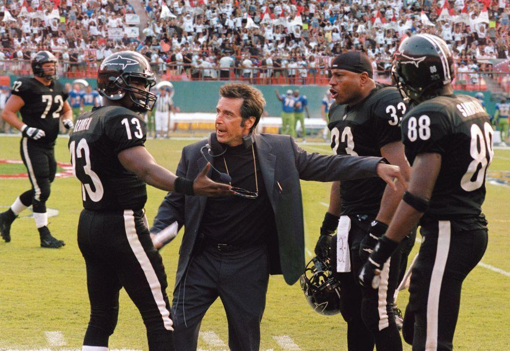 Obwohl sein Team jetzt endlich wieder punktet, hat Footballtrainer Tony D'Amato (Al Pacino, 2.v.l.) neue Sorgen: Willie Beaman (Jamie Foxx, l.) spie... - Bildquelle: Warner Brothers