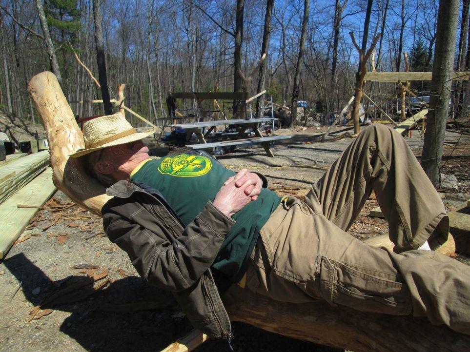 Neben der Arbeit muss natürlich auch Zeit zum Entspannen sein, findet auch Treehouse Guy Michael Garnier und genießt seine Pause ... - Bildquelle: 2016,DIY Network/Scripps Networks, LLC. All Rights Reserved