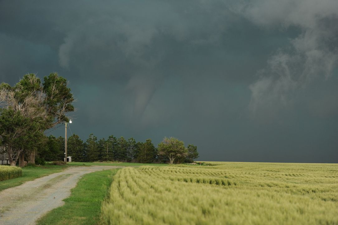 Wenn sich ein neuer Tornado bildet, sind die Tornado Hunter nicht weit entfernt, aber so mancher Weg zum Wirbelsturm birgt selber schon Gefahren ...