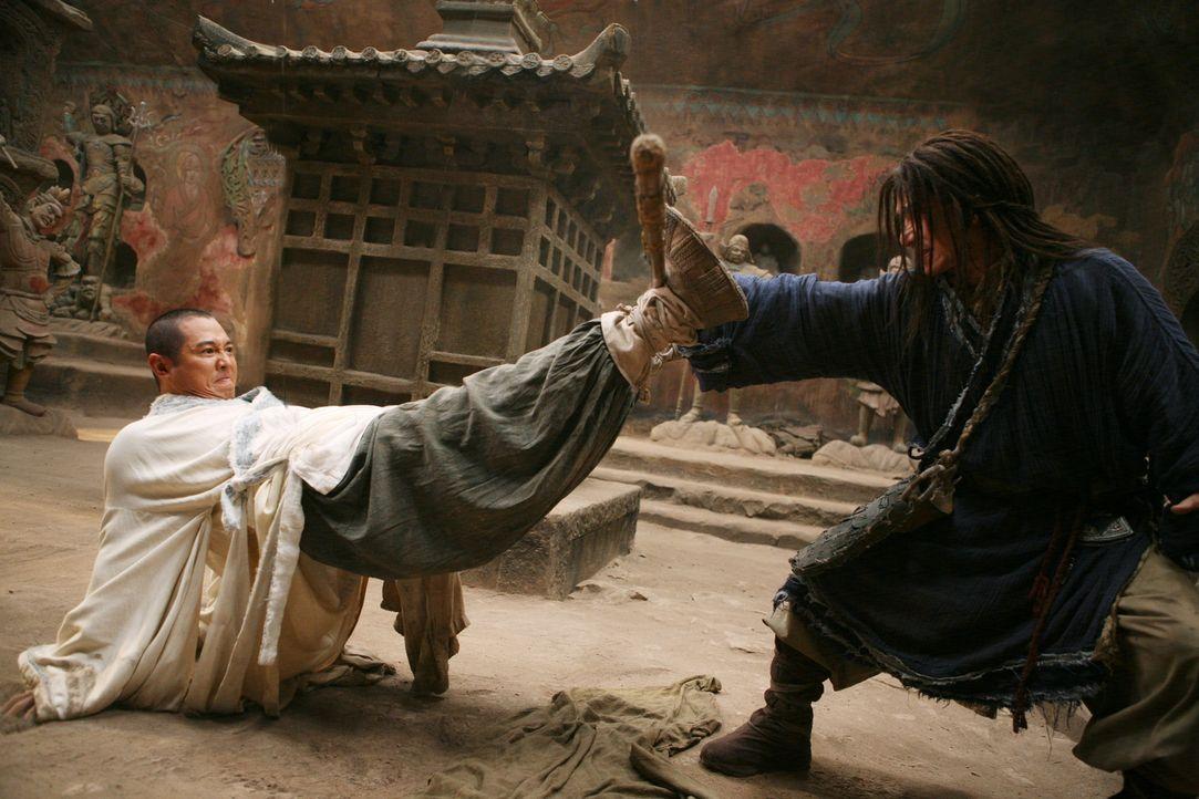 Der Mönch (Jet Li, l.) und Lu Yan (Jackie Chan, r.) wollen den jungen Jason aus der Zukunft mit Hilfe einer soliden Kung-Fu Ausbildung auf seine Bes... - Bildquelle: 2008 J&J Project LLC. ALL RIGHTS RESERVED.