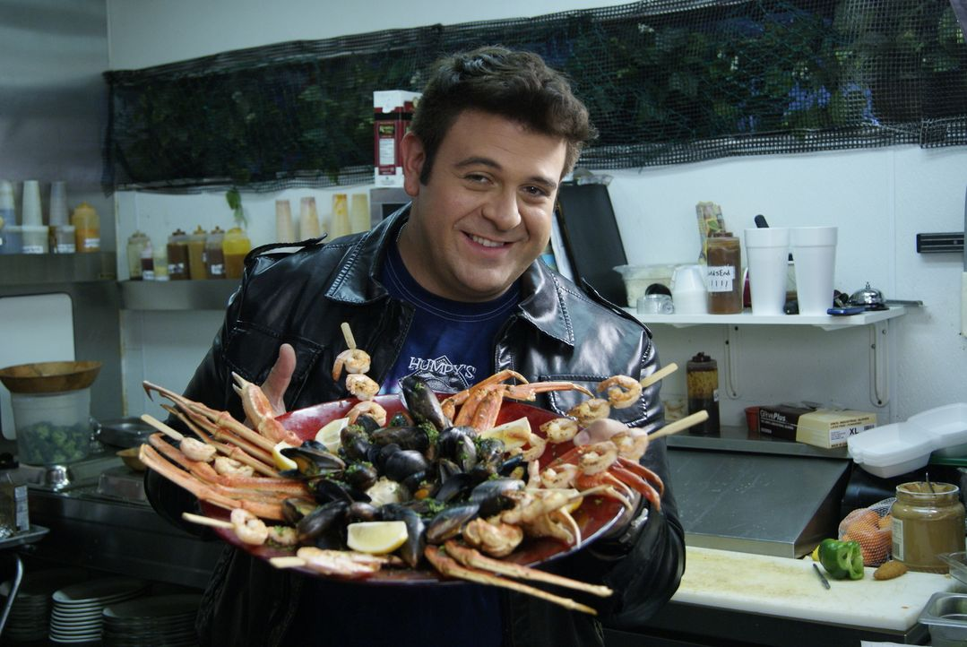 Adam Richman reist auf der Suche nach kulinarischen Besonderheiten des Meeres durch das Land. Auf Long Island muss er als besondere Herausforderung... - Bildquelle: 2010, The Travel Channel, L.L.C.