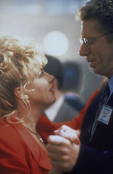 Holman (David Manis, r.) liebt Sheila (Victoria Jackson, l.) schon seit ihrer gemeinsamen High-School-Zeit, hat sich ihr jedoch nie offenbart. - Bildquelle: TM +   2000 Twentieth Century Fox Film Corporation. All Rights Reserved.