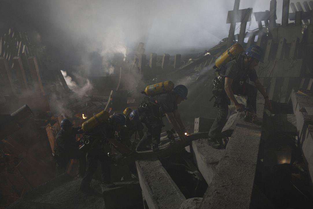 Die Rettungstrupps ersuchen verzweifelt, die Verletzten und Toten aus den Trümmern zu bergen, doch dann passiert etwas Schreckliches ... - Bildquelle: TM &   Paramount Pictures. All Rights Reserved.