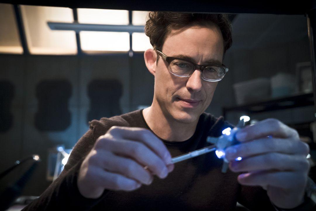 Dr. Wells (Tom Cavanagh) macht einen riesigen Vorschritt in seinem Vorhaben, The Flash die Schnelligkeit zu rauben. Wird er seine Erfindung auch wir... - Bildquelle: 2015 Warner Brothers.