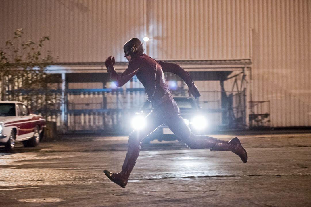 Während Cisco bereits ahnt, dass etwas mit Barry alias The Flash (Grant Gustin) ganz und gar nicht stimmt, misst Barry seinem kleinen Geschwindigkei... - Bildquelle: 2015 Warner Brothers.