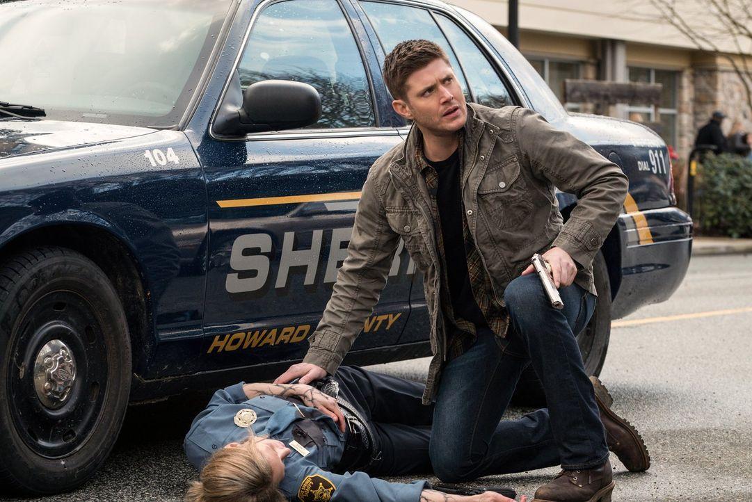 Eigentlich wollte Dean (Jensen Ackles, r.) mit Deputy Harris (Sonja Bennett, l.) zusammenarbeiten, um die Einwohner einer Kleinstadt vor einem von A... - Bildquelle: 2014 Warner Brothers