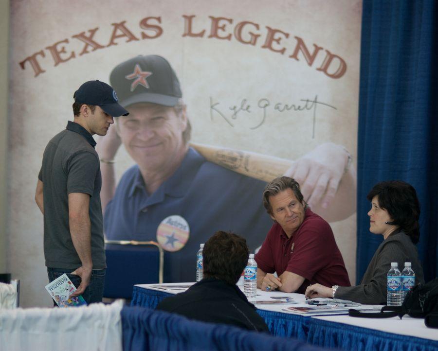 Als Carlton (Justin Timberlake, l.) endlich auf seinen Vater (Jeff Bridges, M.) trifft, gibt der berühmte Ex-Footballprofi gerade eine Autogrammstun... - Bildquelle: 2008 BY OPEN ROAD INVESTMENTS, LLC. ALL RIGHTS RESERVED