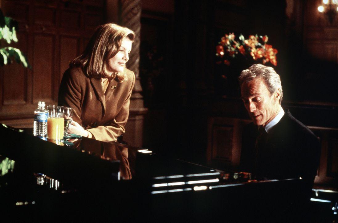 Die attraktive Sicherheitsbeamtin Lilly Raines (Rene Russo, l.) ist von ihrem Kollegen Frank Horrigan (Clint Eastwood, r.) sehr angetan. Doch Frank... - Bildquelle: Columbia Pictures