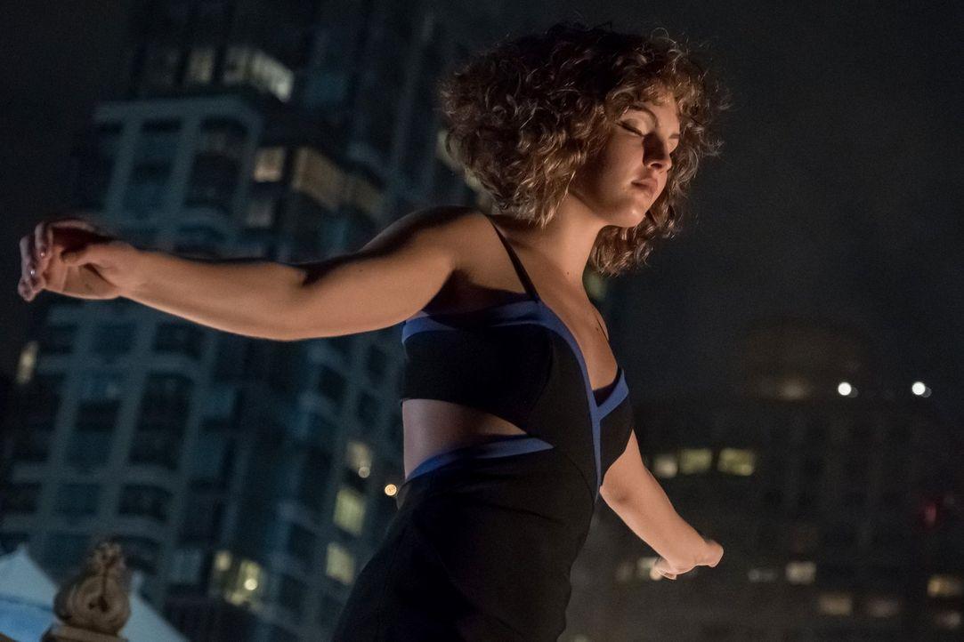 Lässt sich von Tabitha zeigen, wie sie in einer Stadt wie Gotham nicht nur überleben, sondern auch etwas verändern kann: Selina (Camren Bicondova) .... - Bildquelle: 2017 Warner Bros.