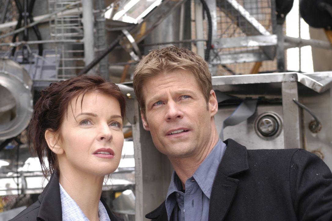 Diana (Jacqueline McKenzie, l.) und Tom (Joel Gretsch, r.) untersuchen mysteriöse Strukturen, die in einer psychiatrischen Anstalt gebildet wurden .... - Bildquelle: Viacom Productions Inc.