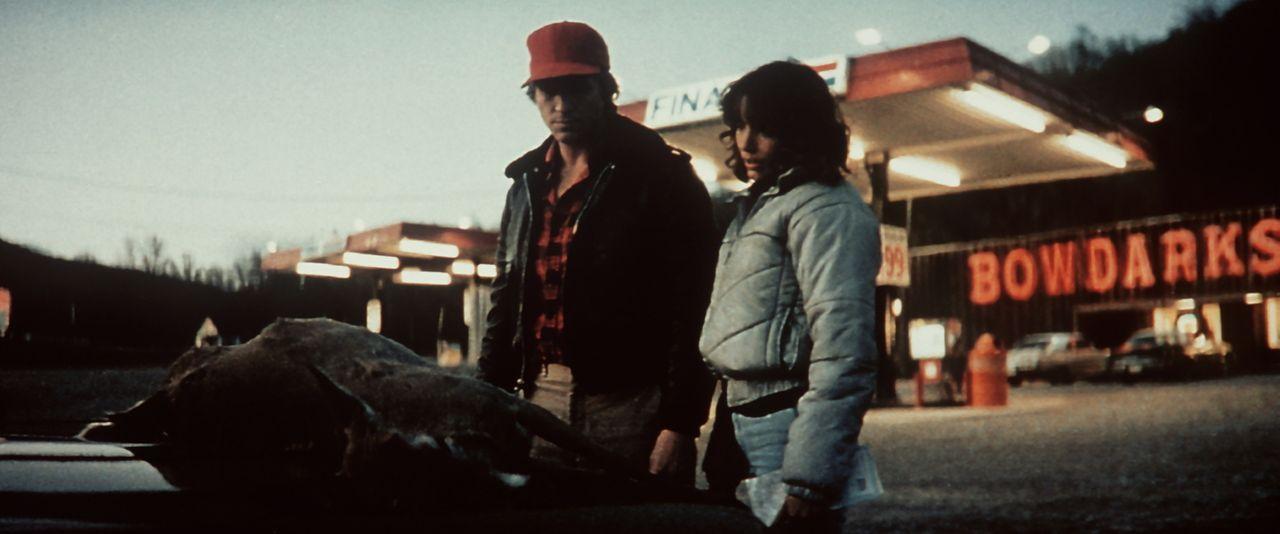 Jenny (Karen Allen, r.) und der Außerirdische Starman (Jeff Bridges, l.) sind schon fast an ihrem Ziel angelangt, doch es gibt noch einige Hürden zu... - Bildquelle: Columbia Pictures