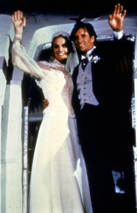 Auch der schwierigsten Aufgabe des Lebens gehen Elaine (Julie Hagerty, r.) und Ted (Robert Hayes, l.) unerschrocken entgegen: ihrer Hochzeit. - Bildquelle: Paramount Pictures