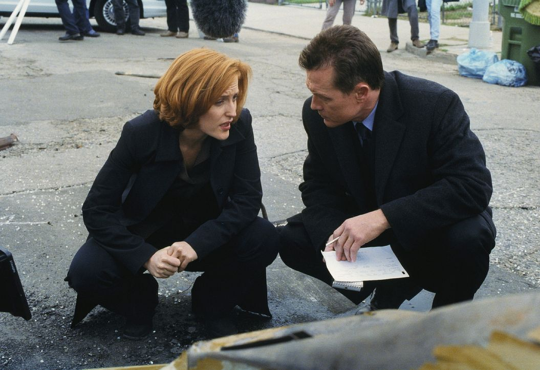 Die Ermittlungen zum Mord an einem Immobilienmakler führen Doggett (Robert Patrick, r.) und Scully (Gillian Anderson, l.) zu einer kleinen, eigenart... - Bildquelle: TM +   2000 Twentieth Century Fox Film Corporation. All Rights Reserved.