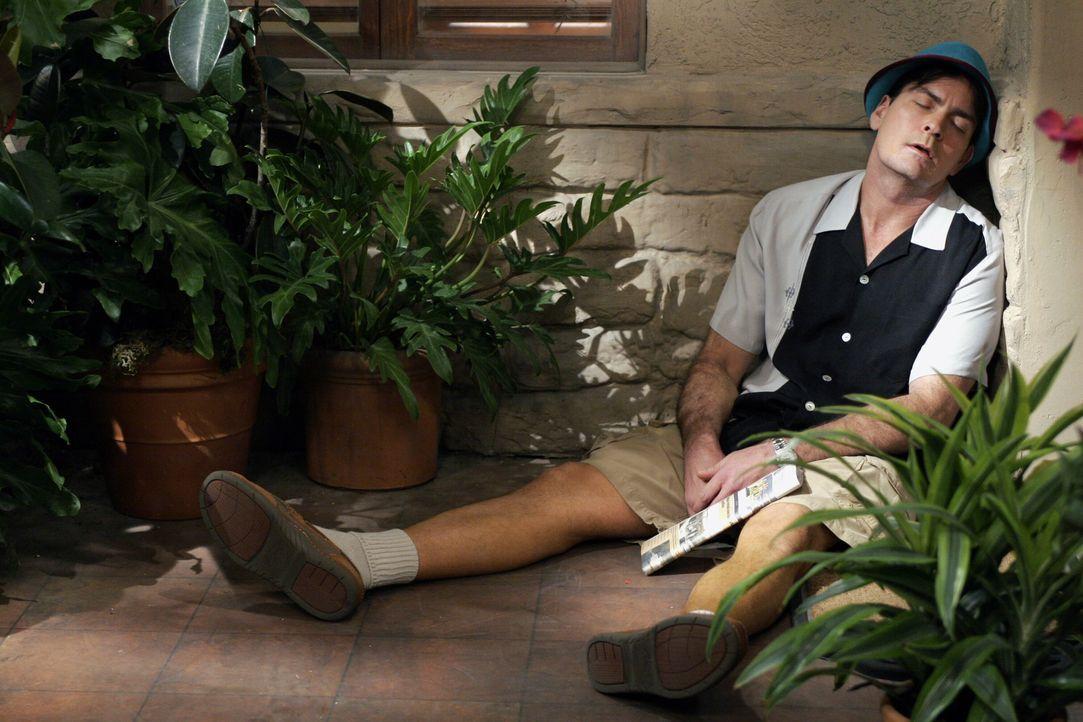 Charlie (Charlie Sheen) versucht, sich mit exzessivem Glücksspiel, Alkohol und vielen Frauen darüber hinwegzuhelfen, dass er die Hochzeit mit Mia ab... - Bildquelle: Warner Brothers Entertainment Inc.