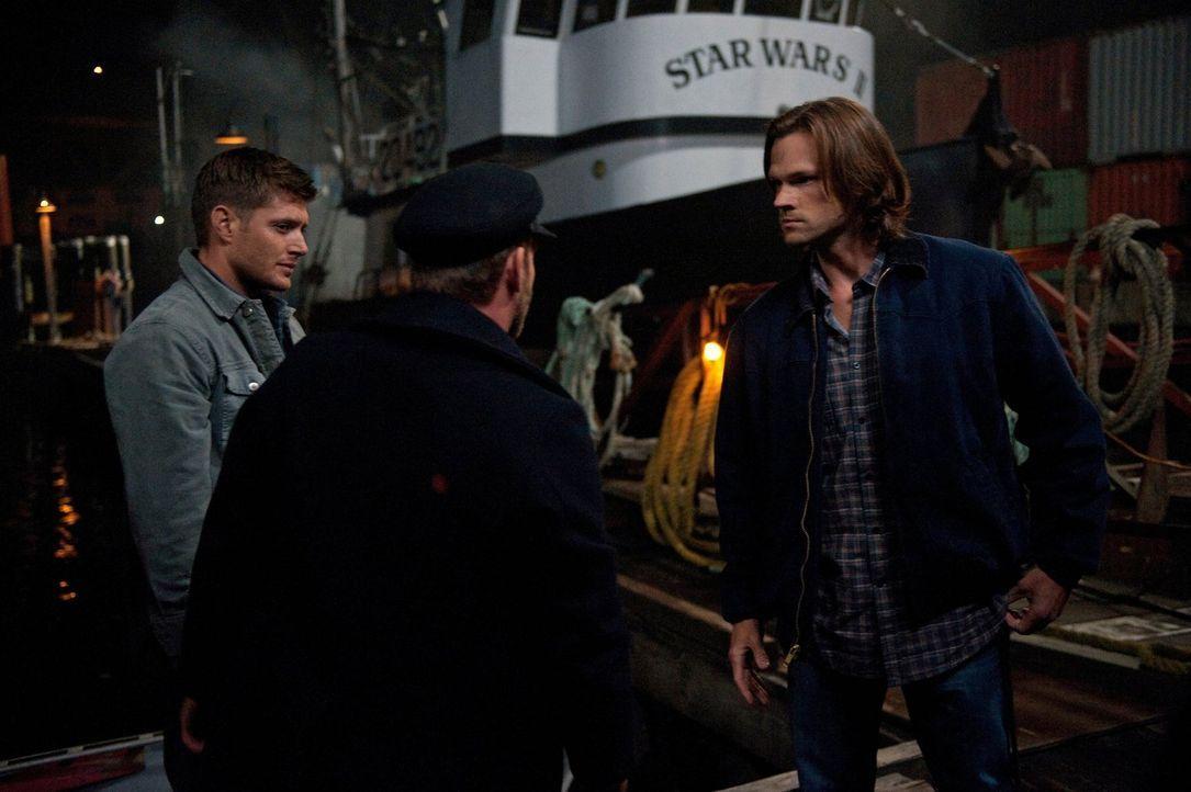 Als Sam (Jared Padalecki, r.) bewusst wird, dass Dean (Jensen Ackles, l.) den Vampir Benny (Ty Olsson, M.) vor ihm geheimgehalten hat, zweifelt er d... - Bildquelle: Warner Bros. Television
