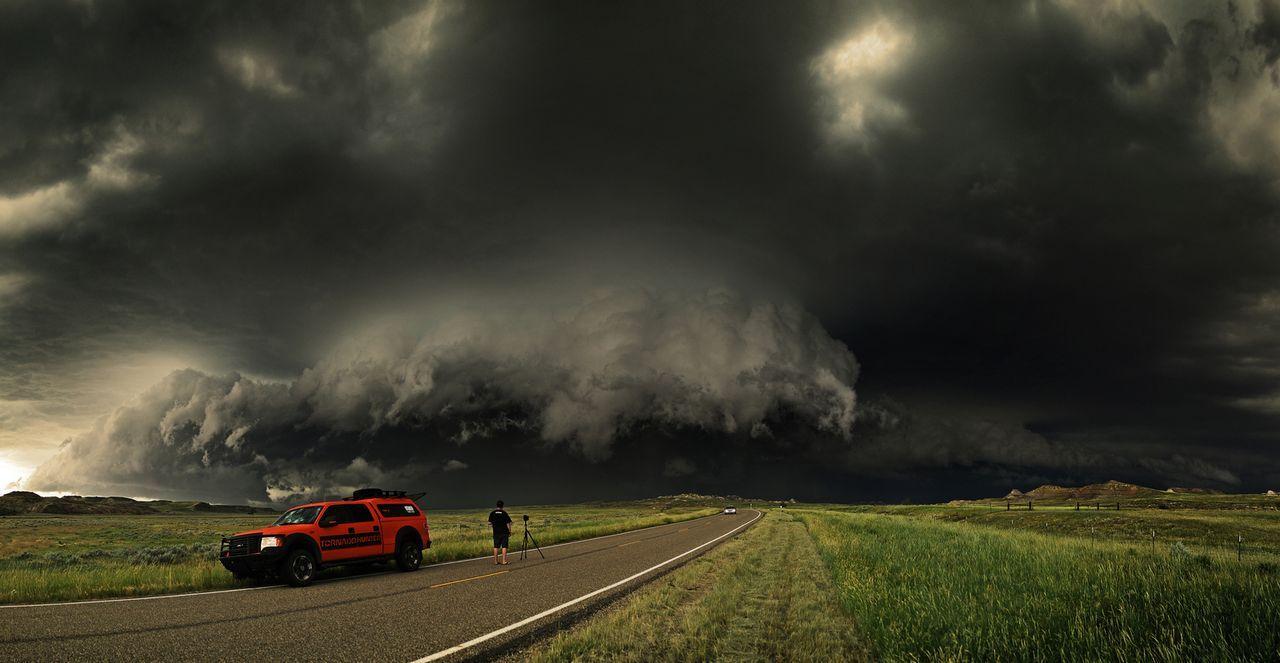 Die Tornado Hunter jagen den spektakulären Unwettern hinterher und begeben sich auch in Lebensgefahr ...