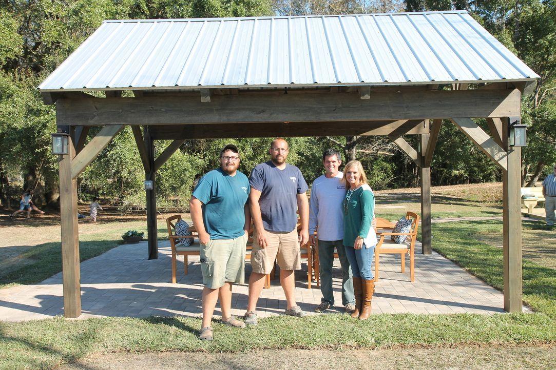 Für ihre große Familie möchten David (2.v.r.) und Megan (r.) gerne ihr Grundstück neu gestalten. Nate (2.v.l.) und Justin (l.) Herman unterstützen s... - Bildquelle: 2016,DIY Network/Scripps Networks, LLC. All Rights Reserved.