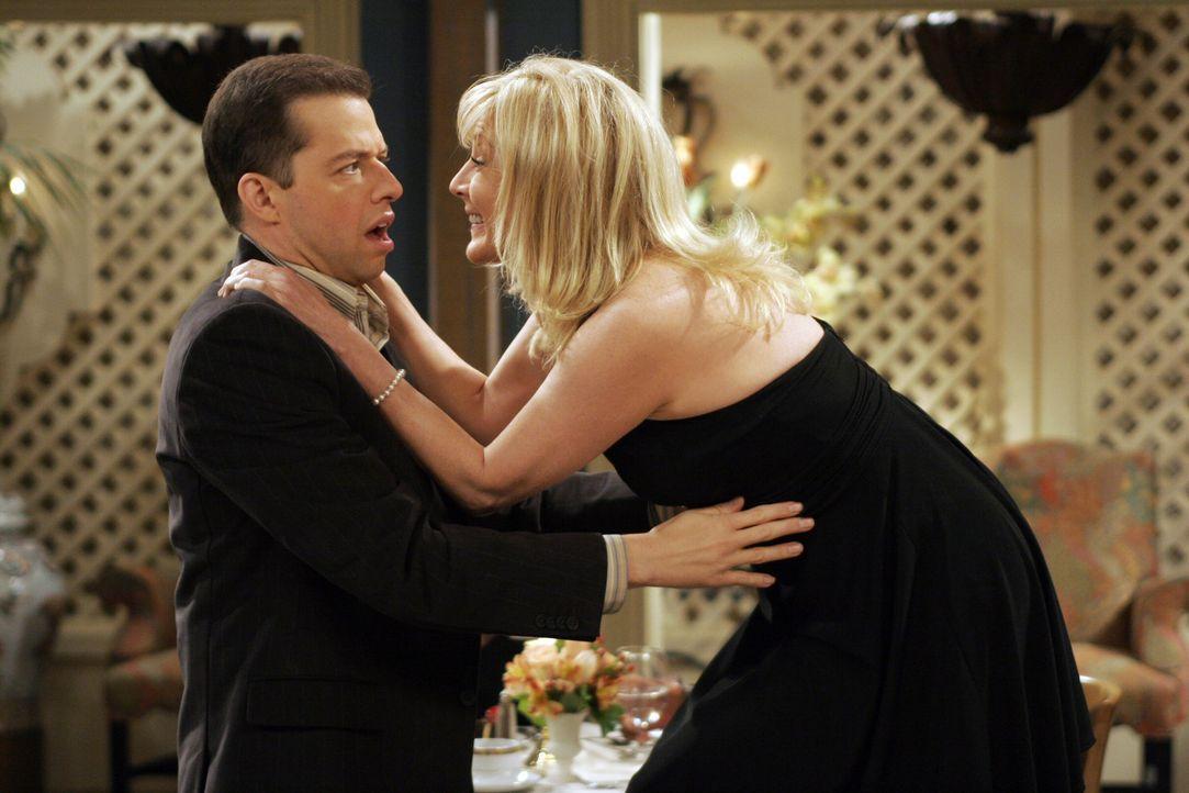 Alan (Jon Cryer, l.) steht in der Schuld seiner Mutter und muss sich deshalb während eines gemeinsamen Abendessens um Trudy (Chloe Webb, r.), die To... - Bildquelle: Warner Brothers Entertainment Inc.