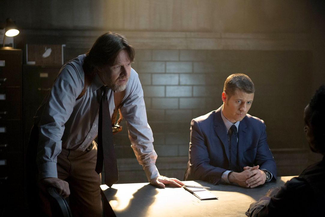 Während Gordon (Ben McKenzie, r.) und Bullock (Donal Logue, l.) das Böse in Gotham weiter bekämpfen wollen, durchschaut Penguin langsam Mooneys Plän... - Bildquelle: Warner Bros. Entertainment, Inc.