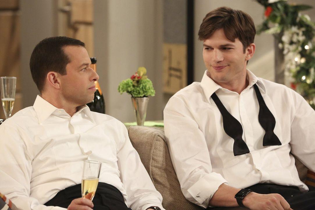 Sentimentaler Moment: Alan (Jon Cryer, l.) und Walden (Ashton Kutcher, r.) lassen ihre gemeinsame Vergangenheit als Junggesellen noch einmal Revue p... - Bildquelle: Warner Brothers Entertainment Inc.
